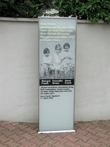 640px-Anne-frank-geburtshaus-gedenkstele-2011-ffm-027