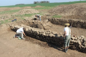 Gambach Archäologen an der Mauer