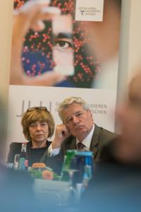 Bundespräsident Joachim Gauck informiert sich an der JLU über die Refugee Law Clinic, ein Projekt, in dem sich Studierende für Flüchtlinge engagieren. Interessiert lauschen Bundespräsident Joachim Gauck und seine Lebensgefährtin Daniela Schadt den Berichten über die Arbeit mit den Flüchtlingen. Foto: Katrina Friese