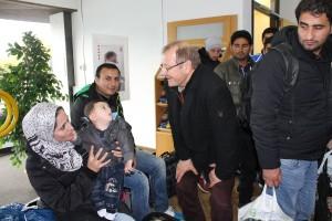 Erster Kreisbeigeordneter Helmut Betschel im Gespräch mit einer syrischen Familie