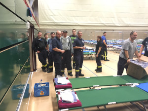 die Betten haben die ehrenamtlichen Helfer der Feuerwehren gestellt_jetzt werden Decken und Handtücher verteilt(1)