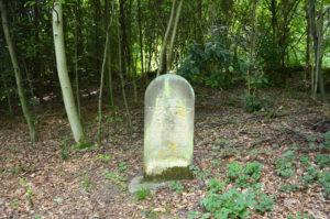 Alter jüdischer Friedhof: Die Schrift ist schon stark verwittert.