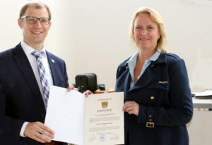 Landrat Jan Weckler überreicht Stephanie Becker-Bösch die Ernennungsurkunde. Sie ist nun Erste Kreisbeigeordnete. (Bild: Wetteraukreis)