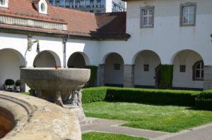 Blick auf den Ernst-Ludwig-Brunnen - der Sprudel 14. Daneben soll im Sprudelhof 200 Meter tief gebohrt werden. (Foto: Petra Ihm-Fahle)