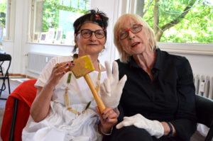 Angelika Nette und Anne Held führen durch die Auktion. (Bild: Petra Ihm-Fahle)