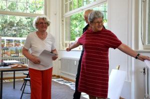 Anne Marie Mörler (links) und Karin Merchel begrüßen die Gäste bei der Auktion. (Bild: Petra Ihm-Fahle)