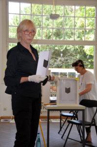 Anne Held (links) und Angelika Nette bei der Auktion. (Bild: Petra Ihm-Fahle)