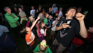Im Dunklen Fledermäuse beobachten macht Spaß und ist spannend. Foto: Bernd Schaller
