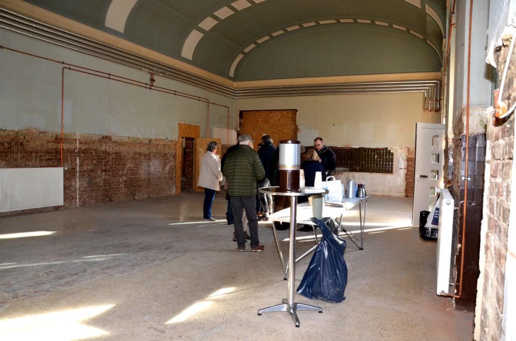 Die Besucher verschaffen sich einen Eindruck von dem Vorschlag Kulturbahnhof. (Bild: Petra Ihm-Fahle)