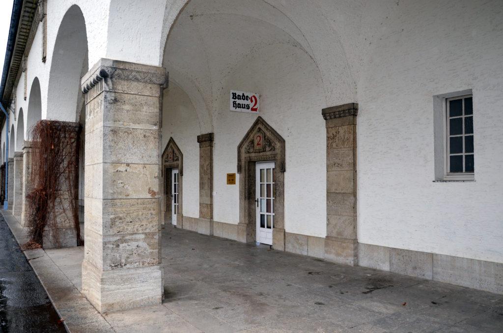 Im Badehaus 2 ist momentan noch die städtische Spielstätte angesiedelt. Da diese Räumlichkeit allerdings an die neue Therme angebunden wird, braucht das Theater einen neuen Standort. Der FW/UWG schwebt dafür der Bahnhof vor.  (Bild: Petra Ihm-Fahle)