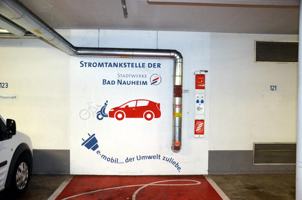 Für E-Autos gibt es bereits eine gewisse Infrastruktur in Bad Nauheim, wie hier in der Garage am Park. (Bild: Petra Ihm-Fahle)