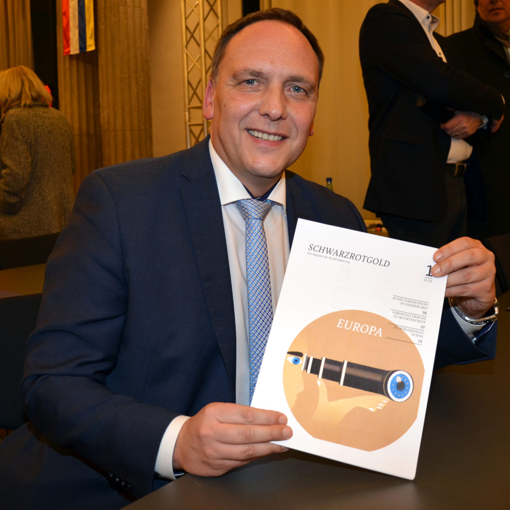 """Bürgermeister Klaus Kreß will künftig  das Magazin """"Schwarz-Rot-Gold"""" mit Inhalten zu Europa im Bürgerbüro auslegen. (Bild: Petra Ihm-Fahle)"""