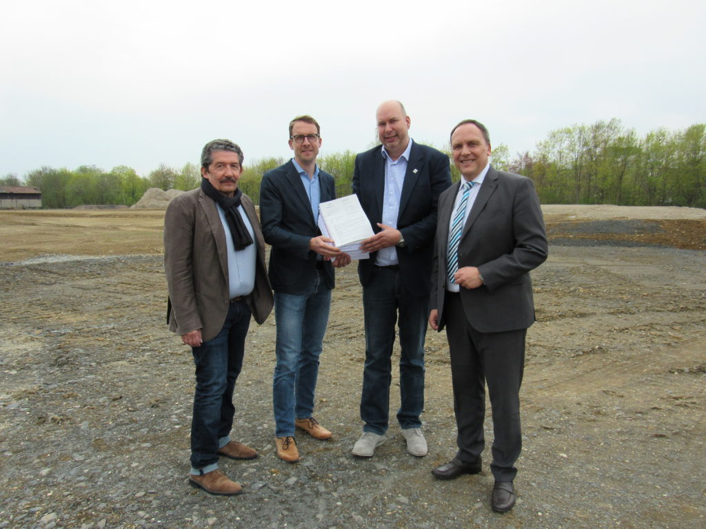 Unser Bild zeigt von links auf dem Stollgelände: Jürgen Patscha, Klaus Diegelmann, Kreisbeigeordneter Matthias Walther und Bürgermeister Klaus Kreß.