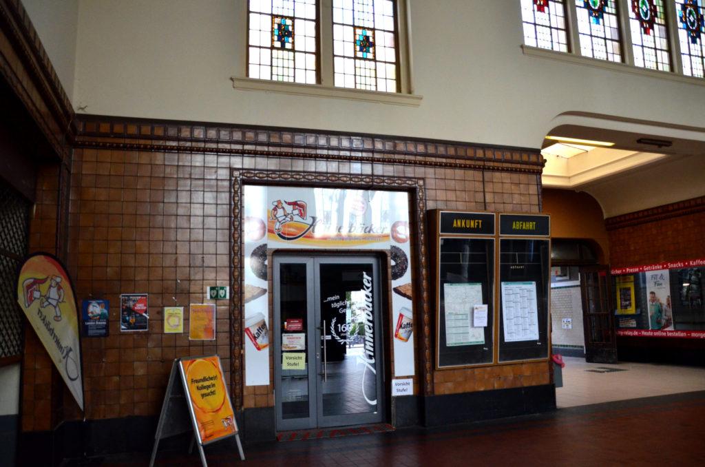 In eines der Ladenlokale im Bahnhof ist der Hinnerbäcker gezogen. (Bild: Petra Ihm-Fahle)
