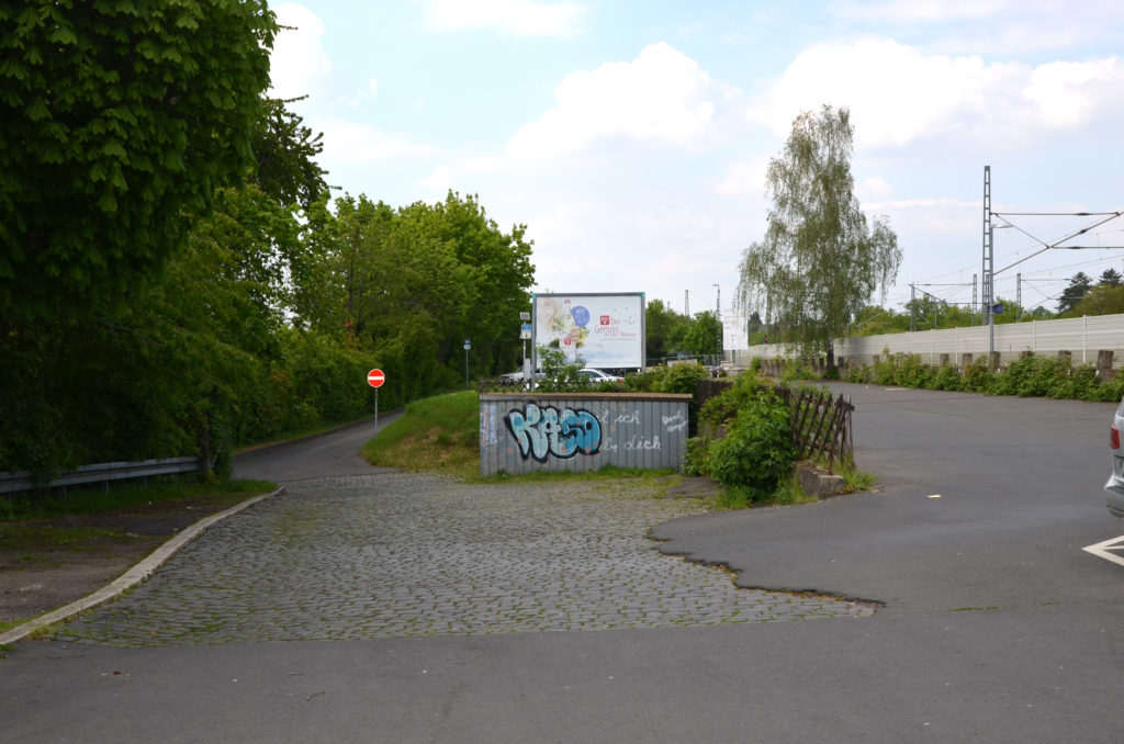 Hinter diesem Park & Ride-Parkplatz, der neben dem Bahnhof liegt, soll die Wohnbebauung beginnen. (Bild: Petra Ihm-Fahle)