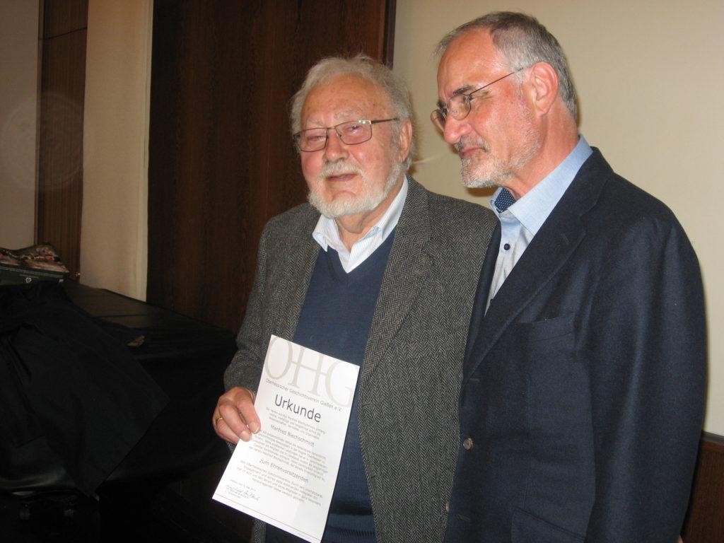 Oberhessisches Museum: Vorsitzender Michael Breitbach überreicht Manfred Blechschmidt (links) die Urkunde zur Ernennung als Ehrenvorsitzender.