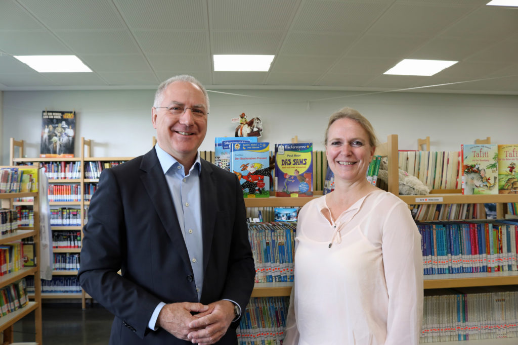 Sozialdezernentin Stephanie Becker-Bösch, hier mit dem Schulleiter der Adolf-Reichwein-Schule Dieter Maier, freut sich über die flächendeckende Schulsozialarbeit. (Bild: pv)