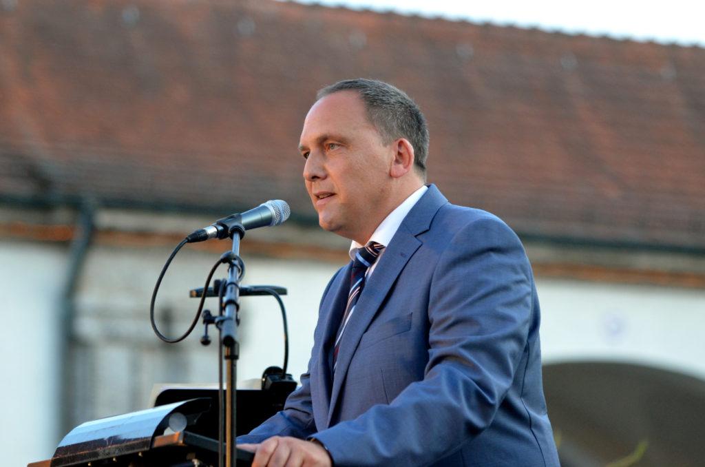 Bürgermeister Klaus Kreß begrüßt die Gäste von Quellendankfeier und Heilbad-Jubiläum. (Bild: Petra Ihm-Fahle)