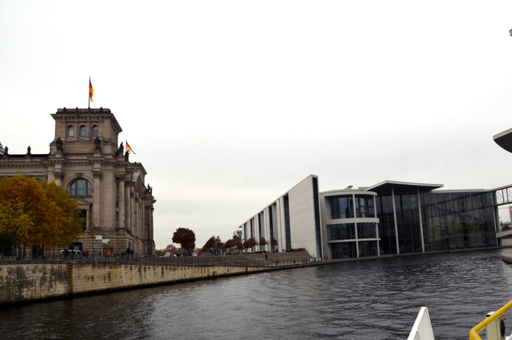 Links der Reichstag, rechts das Paul-Löbe-Haus. (Bild: Petra Ihm-Fahle)