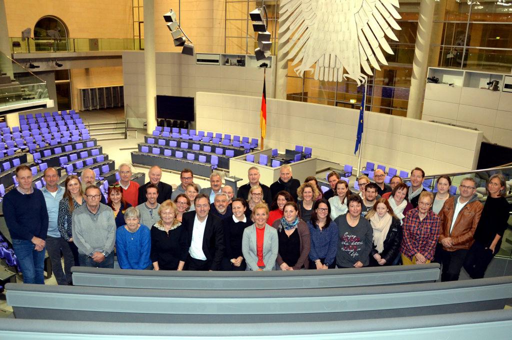 Besucher aus Bad Nauheim sind zu Gast im Plenarsaal des Bundestags in Berlin. (Bild: Petra Ihm-Fahle)