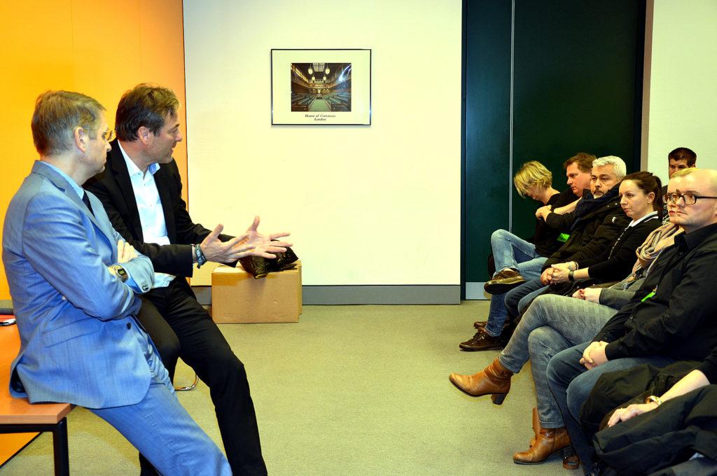 Peter Heidt (2. v. l.) und sein Fraktionskollege Alexander Müller (links) diskutieren  mit den Gästen aus Bad Nauheim. (Bild: Petra Ihm-Fahle)